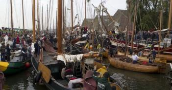 Het klinkt vies, maar smerig is het niet: de strontrace in Workum. Traditionele zeilende vrachtschepen racen maandag 13 oktober volledig 'onder zeil' van Workum naar Warmond en weer terug.