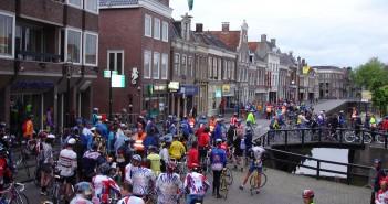 De Elfstedentocht voor fietsers wordt volgend jaar flink duurder. Dat heeft de stichting De Friese Elfsteden Rijwieltocht besloten.