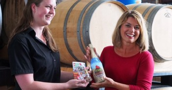 Frysk Landbier en boekje over streekproducten uitgereikt