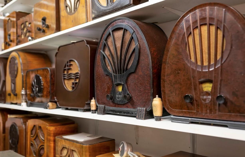 Klein radiomuseum achter een knus Wâldhúske