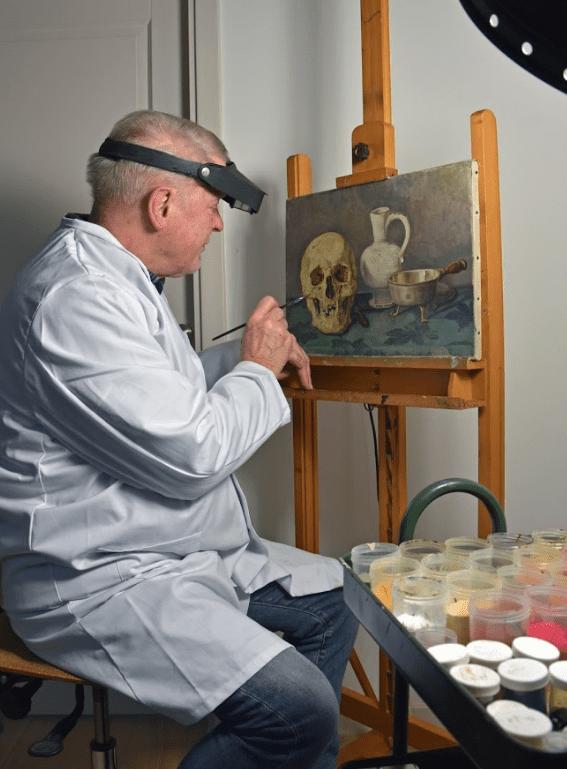 Restaurator Guido Hengeveld herstelt schilderijen