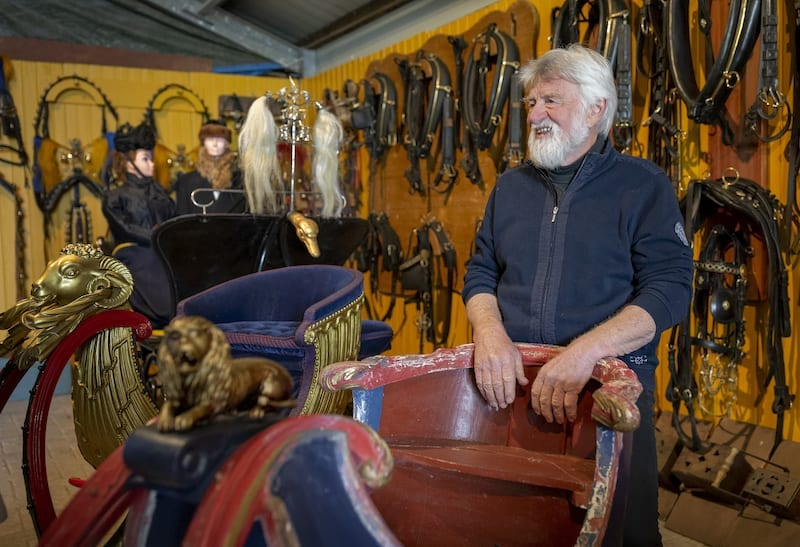 Bijzondere collectie rijtuigen en sleden in een Friese schuur