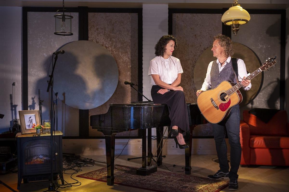 Persoonlijke voorstellingen in thuistheater van Syb en Adriana