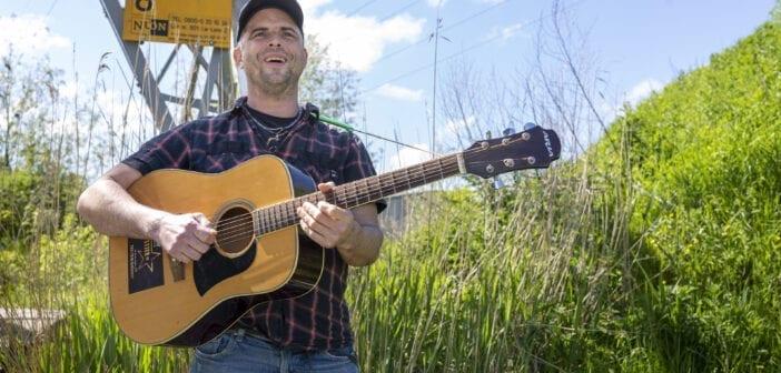 Deze maand in Friesland Post: Emiel Stoffers over zijn muzikale loopbaan en de actiecomedy Stjer