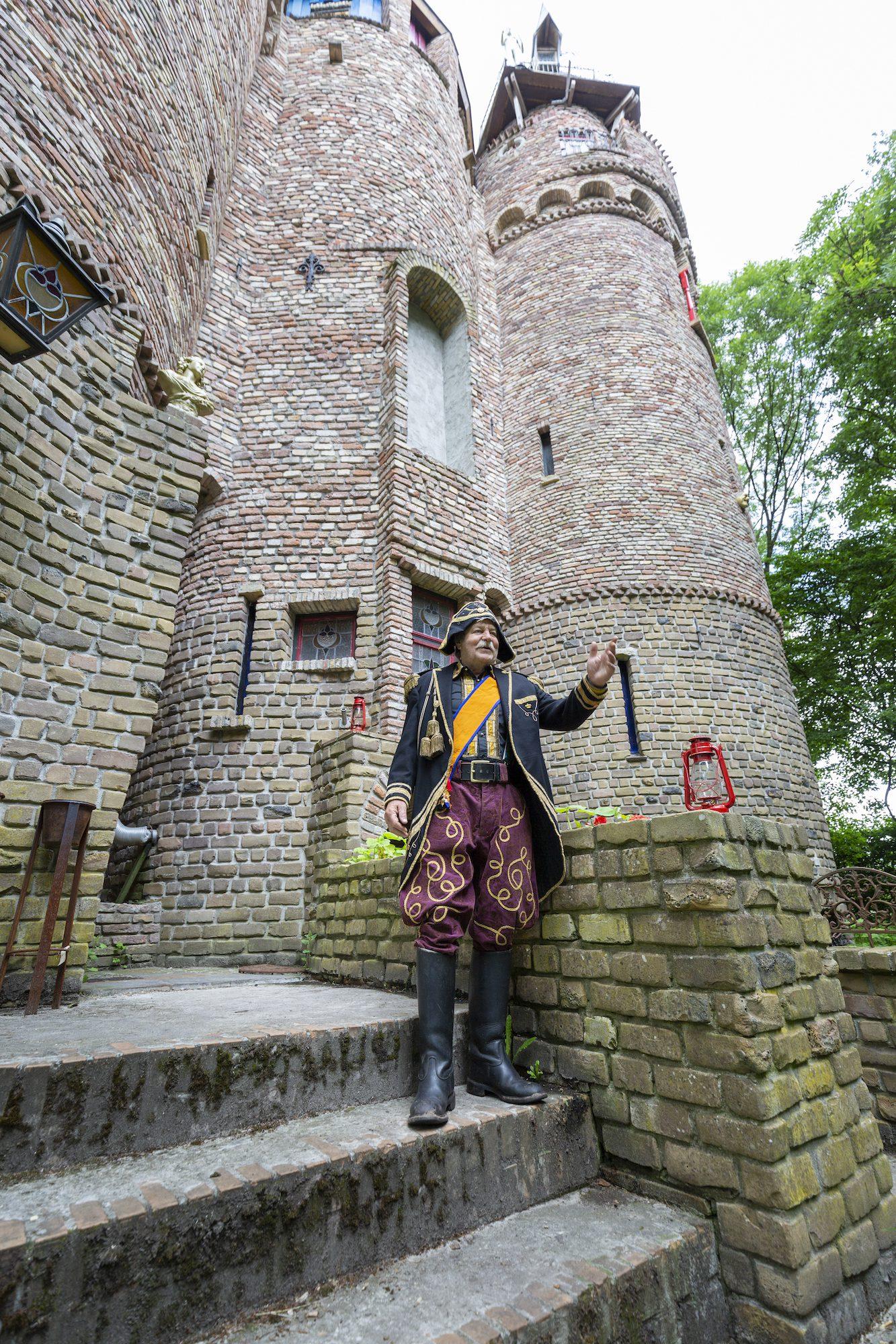Gregorius Halman voor zijn kasteel